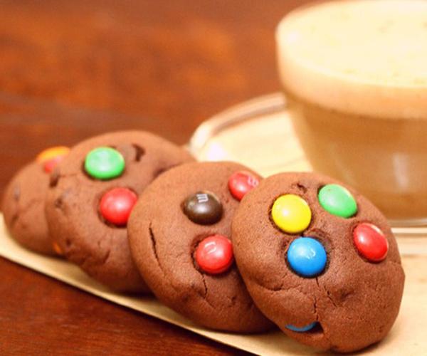 صورة طريقة عمل كوكيز ميني ام اند امز بالشوكولاته لذيذ سريع وسهل pictures arabian cookies recipes in arabic cookie recipe easy