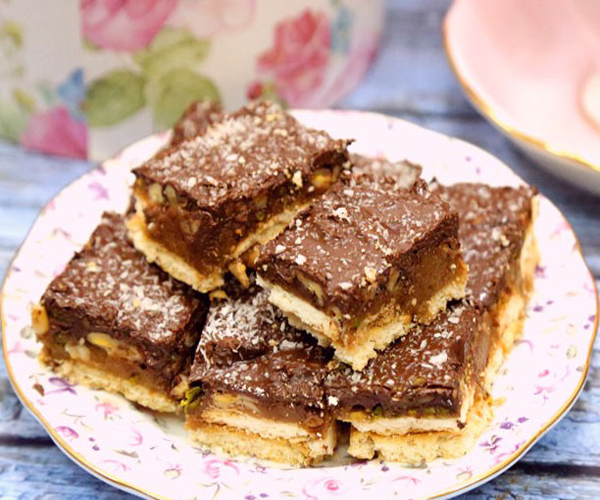 صورة وصفة كيفية طريقة تحضير وعمل حلى منزلي حلى مربعات البسكويت بالكراميل سهل ولذيذ وسريع pictures arabian homemade desserts recipes candy in arabic sweets easy