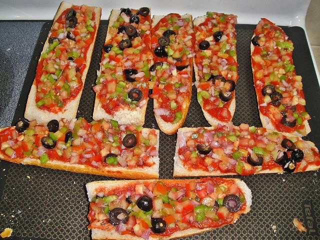 http://www.encyclopediacooking.com/upload_recipes_online/uploads/images_how-to-make-best-easy-homemade-baguette-pizza-recipe-with-images6.jpg