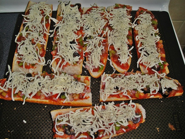 http://www.encyclopediacooking.com/upload_recipes_online/uploads/images_how-to-make-best-easy-homemade-baguette-pizza-recipe-with-images7.jpg